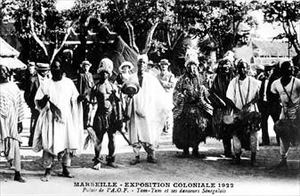 Marseille. Exposition coloniale. Palais de l'A.O.F. : Tam-tam et danseurs sénégalais. Carte postale