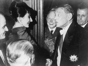 Maria Callas félicitée par René Coty après un récital, 1958