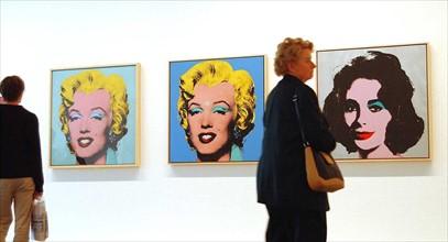 Visiteurs devant des oeuvres d'Andy Warhol, 2001