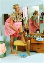 Jeune femme des années 50 portant des bas-nylon