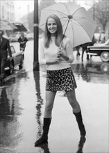 Jeune femme en mini-jupe