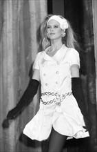Schiffer, Claudia - Model, D - bei einer Modenschau von Chanel in Muenchen