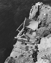 Couple prenant un bain de soleil, 1939