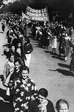 Femmes défilant dans les rues en Espagne, 1936