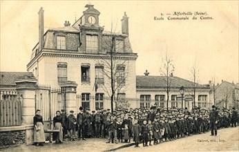 Ecoliers devant leur école d'Alforville