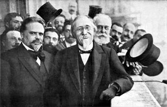 M. Manoël de Arriaga, premier président de la république portugaise sourit à la foule qui l'acclame au Portugal, le 24 août 1911.