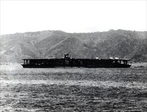 Porte-avions japonais Akagi, dans la baie de Sukumo (Japon), 1939.
