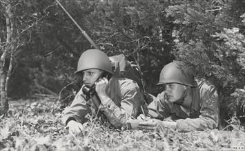 Soldats américains utilisant un talkie walkie