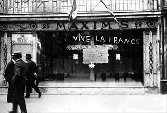 """Manifestation du patriotisme sur la devanture du restaurant """"Maxims"""""""