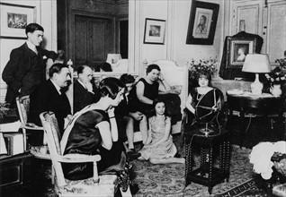 Famille écoutant la radio