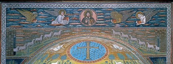 Basilique Sant'Apollinare in Classe à Ravenne, frise, arche, et partie haute de l'abside