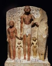 """Groupe représentant la famille du """"sculpteur d'Amon"""" Mainekhet"""