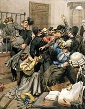 Les suffragettes britanniques expulsées des salles de vote du palais de Westminster par les policiers (1906)