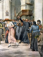 La mode féminine persécutée: une jeune femme est chassé de l'église parce qu'elle est habillée d'une robe décolletée jugée indécente (1912)
