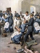 Des suffragettes anglaises nourries de force en prison alors qu'elles font une grève de la faim (1913)