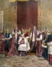 Dans la salle du trône au Vatican le 6 janvier, Pie XI remet au doyen des protonotaires apostoliques la bulle de proclamation de l'Année Sainte, à lire sur le portique de la basilique Saint-Pierre (19...