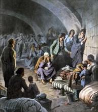 Pendant la Guerre civile espagnole, des femmes et enfants réfugiés dans les souterrains de l'Alcazar de Séville, attendent d'être sauvés (1936)