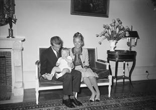 La princesse Paola de Belgique, le prince Albert et leur fils le prince Philippe
