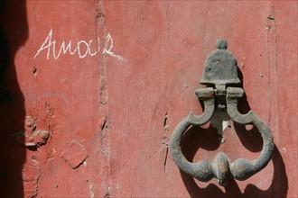 France, Normandie, Seine Maritime, Rouen, heurtoir de porte rouge, graffiti amour, tag, rue des bons enfants