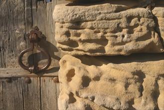 France, Basse Normandie, calvados, bessin, prieure de saint gabriel brecy, batiments, pierre, heurtoir de porte, detail