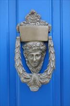 France, Bretagne, Finistere sud, Cornouaille, port de doelan, commune de clohars carnoet, detail heurtoir de porte bleue,