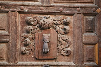 France, Bretagne, Ille et Vilaine, rennes, detail maison du vieux rennes, decor sculpte, heaume d'armure, panaches, heurtoir de porte,