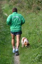 France, Haute Normandie, Seine Maritime, pays de la bresle maritime, jogging avec chien sur un chemin, etangs de la bresle,