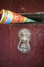 France, languedoc roussillon, gard, uzes, maison ancienne, publicite dans la boite a lettres, ferronnerie, heurtoir de porte,