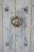 France, region ile de france, seine et marne, provins, cite medievale, detail porte en bois, heurtoir, clous,