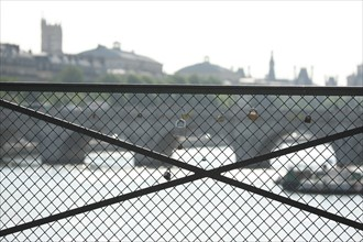 France, paris, pont des arts, cadenas laisses par les amoureux, superstition, seine,