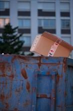 france, ile de france, paris, 14e arrondissement, nuit, matin, avenue du maine, benne a  ordures, carton,   Date : decembre 2012
