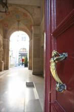 France, ile de france, paris 8e arrondissement, 7 rue tronchet, hotel de pourtales, club sfr, entree, couloir, decor mur, porte et son heurtoir  Date : 2011-2012