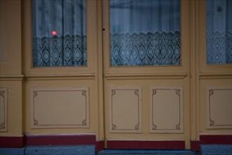 france, region ile de france, paris 7e arrondissement, rue de l'universite, devanture, facade d'un cafe, bar, rideau. Date : decembre 2012.