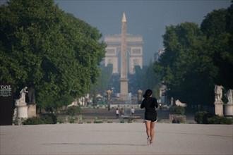 France, Region Ile de France, Paris, 1er arrondissement, jardin des Tuileries, vue vers l'obelisque de la place de la Concorde, et l'Arc de Triomphe de l'Etoile