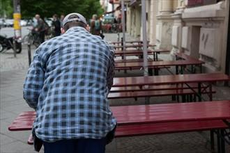 Allemagne, Germany, Berlin, Scheunenviertel, quartier des Granges, homme, chemise a carreaux, tables, terrasse,