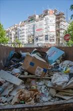 Allemagne (Germany), Berlin, Friedrichshain, ancien Berlin Est, immeuble, echafaudage, benne a ordures