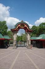 Allemagne (Germany), Berlin, bus no100, tourisme, entree du parc zoologique, femme jogging,