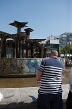 Allemagne (Germany), Berlin, Alexanderplatz, Tour Fernsehturm, tour de television de Berlin Est, fontaine et pull raye,