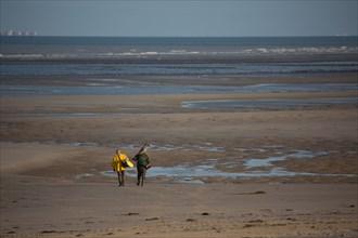 Le Touquet Paris Plage, pêcheurs à pied en ciré jaune