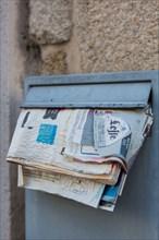 Lorient, boite aux lettres qui déborde de publicités