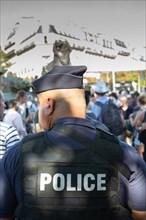 Logo police dans le dos d'un policier en tenue