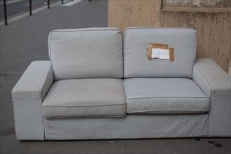 Paris, encombrants déposés sur le trottoir