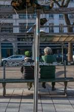Paris, couple de seniors sur un banc