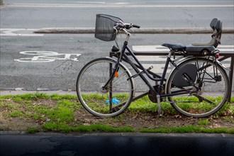 Paris, vélo garé près d'une piste cyclable