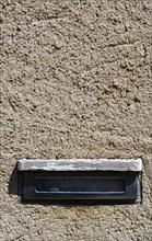 Boîte aux lettres dans un mur