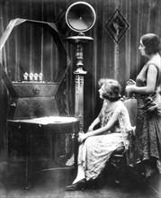 1930. Les premiers postes de radio (récepteurs à lampes).