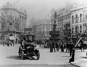 Piccadilly Circus, 1910. Artist: Unknown