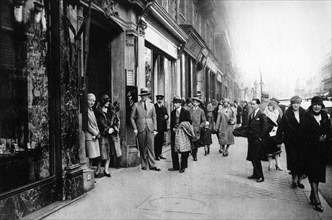 Waiting for seamstresses leaving work, Paris, 1931.Artist: Ernest Flammarion