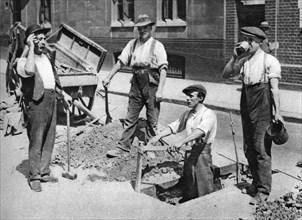 Road menders, London, 1926-1927. Artist: Unknown