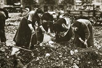 The poor of Berlin rummaging in refuse heaps, Germany, c1914-c1918. Artist: Unknown